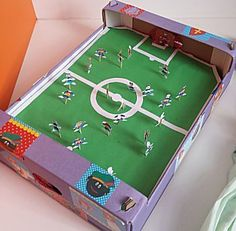 Voetbalveld surprise kan bijna voor iedere jongen Games For Kids, Diy For Kids, Crafts For Kids, Homemade Christmas Crafts, Diy And Crafts, Paper Crafts, Newspaper Basket, Cardboard Art, Reborn Dolls