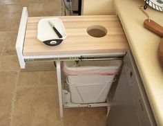 При грамотном подходе даже на кухне самых скромных размеров и с неудачной планировкой можно организовать рабочее пространство так, что вам будет комфортно готовить и ужинать в столь малом помещени…