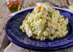 Insalata di riso con verdure miste e tonno per un pasto fresco, veloce, ma nello stesso tempo sostanzioso e gustoso e anche molto colorato.