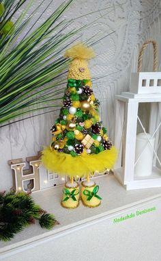 Tabletop Christmas Tree, Christmas Tree Crafts, Christmas Centerpieces, Simple Christmas, Christmas Decorations, Christmas Ornaments, Holiday Decor, Diy Home Crafts, Handmade Decorations