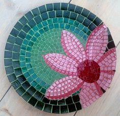 Platos Mosaic Birdbath, Mosaic Garden Art, Mosaic Glass, Mosaic Tiles, Mosaic Pots, Mosaic Crafts, Mosaic Projects, Stained Glass Projects, Mosaic Designs