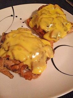 Toast with marinated salmon - Clean Eating Snacks Toast Pizza, Party Finger Foods, Party Snacks, Soup Recipes, Cooking Recipes, Drink Recipes, Snacks Sains, Tasty, Yummy Food