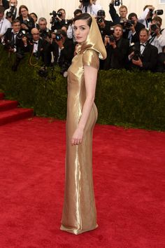 Anne Hathaway is all gold on the red carpet at the 2015 Met Gala.
