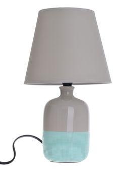 Lampa stołowa z podstawą ceramiczna w kolorze szaro-zielonym. Abażur w kolorze szarym z tkaniny. Kabel o długości ok 1 m w kolorze czarnym. Piękna i stylowa lampa do salonu lub na korytarz również jako lampka nocna do sypialni.