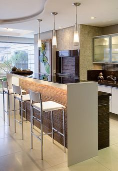 Love pendant and under bar lights. Modern Kitchen #Cocina
