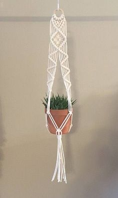 Fantastic Pictures Plant Hanger rod Suggestions Macramé, the art of knotting rope, is just a trendy way to produce your personal boho-chic inspired Wall Plant Hanger, Macrame Plant Hanger Diy, Macrame Plant Hanger Patterns, Macrame Knots, Micro Macrame, Macrame Bracelets, Loom Bracelets, Macrame Tutorial, Bracelet Tutorial