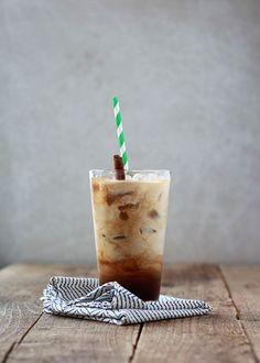 Frappe: löslicher Kaffee + Eiswürfel + Milch und alles mixen