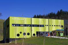 Colegio de Educación Infantil y Primario Zelaieta (Bizkaia) hecha con paneles de hormigón polímero.