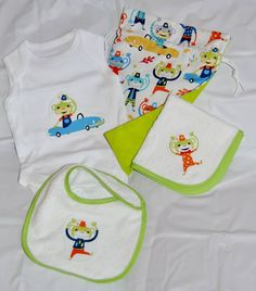 Pack regalo bebe VERDE. Incluye: saquito, body, toalla y pechito