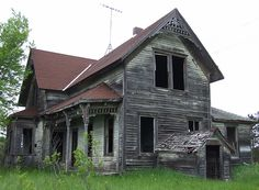 Old Abandoned Houses Farmhouse Classical Architecture Abandoned Farm Houses, Old Farm Houses, Abandoned Castles, Abandoned Mansions, Abandoned Places, Spooky Places, Haunted Places, Old Buildings, Abandoned Buildings