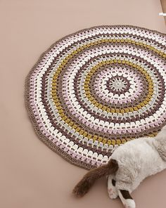 A large circular rug made in earth tone colors. Can be finished quickly as the stitches are mainly in double crochet. You can lie down on it and read a book, or enjoy tea on it.