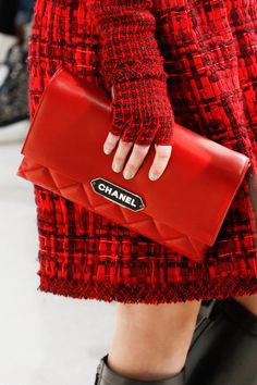 Chanel Fall 2016 Ready-to-Wear Collection Photos - Vogue Fall Fashion 2016, Red Fashion, Fashion Week, Fashion Details, Fashion Bags, Fashion Show, Womens Fashion, Chanel Fashion, Style Fashion