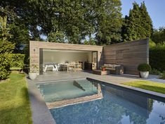 Wow check out this awesome modern pool - what an inspired style and design Pool House Designs, Backyard Pool Designs, Backyard Patio, Modern Pool House, Modern Pools, Pool House Piscine, Amazing Swimming Pools, Backyard Buildings, Jacuzzi Outdoor