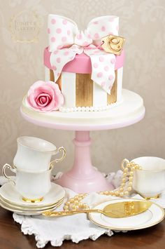 Dotty for pretty vintage themed cakes? You'll fall in love with this easy and gorgeously glam hat box cake tutorial!