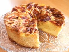 """Eplekake og vaniljekrem er en suveren kombinasjon! Denne kaken er klassisk, men likevel spennende og utrolig god på smak! Se også oppskrift på """"Eplebiter med vaniljekrem"""" og """"Eplekake med krydder og vaniljekrem"""". Norwegian Cuisine, Norwegian Food, Cake Recipes, Dessert Recipes, Scandinavian Food, Cookie Calories, No Bake Desserts, Coffee Cake, Let Them Eat Cake"""