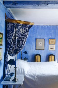 In this bedroom a glamorous note is created by a gilded antique canopy and blue and white floral bed hangings ~ Provence, France Blue Rooms, Blue Bedroom, Bedroom Eyes, Blue Walls, Interior Exterior, Interior Design, Boho Comforters, Shabby Chic, Pause