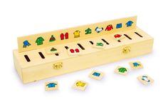 Bellissima scatola con 5 assicelle da incastro e 50 piastrine con simboli diversi è un gioco didattico che sviluppa la capacità sensoriale nel riconoscere forme e colori.  Sulle assicelle si vedono delle figure geometriche, dei motivi carini oppure numeri con tanti colori.  Bisogna trovare le piastrine appropriate ed inserirle nel rispettivo intaglio.  Le piastrine sono raccolte in 10 assicelle separatorie e 2 chiusure a scatto tengono la scatola ben serrata. Dimensioni: 40 x 10 cm