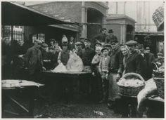 Schoolstraat, visbanken met visverkopers. ca 1910 #ZuidHolland #Scheveningen