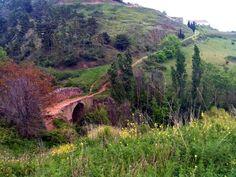 Puente romano al salir de Cirauqui (Navarra). La ruta sigue una antigua calzada romana.