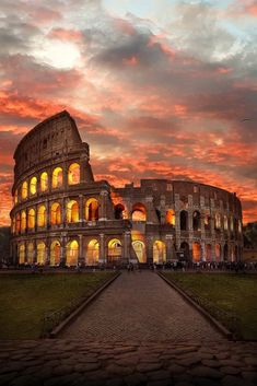 Cheap hotels in Rome, best prices and cheap hotel rates on Hotellook Vacation Spots, Dream Vacations, Exposition Photo, Beautiful Places To Travel, Wonderful Places, Travel Aesthetic, Adventure Is Out There, Travel Goals, Travel Pics