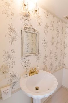 1階のトイレも壁紙を貼り、エレガントな雰囲気に。