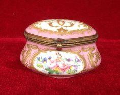 boite à pilule en porcelaine de Sevre décor floral fermoir en laiton .XXsiècle.