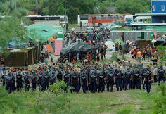 Nach der Flucht von 300 Migranten aus einem Auffanglager im ungarischen Röszke halten ungarische Polizisten entlang des Zaunes Wache.