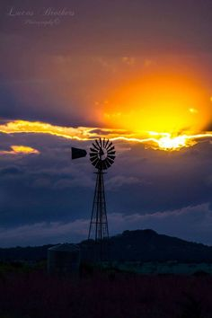 Texas Hill Country A quintessential Texas sunset! Photo by Aaron Lucas Beautiful Sunset, Beautiful Places, Beautiful Beautiful, Texas Sunset, Old Windmills, Country Scenes, Texas Hill Country, Water Tower, Old Farm