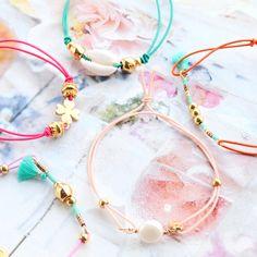 Zomerse armbandjes van elastiek met kleurrijke kralen