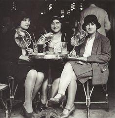Trois jeunes femmes à une terrasse de café, Paris, 1929