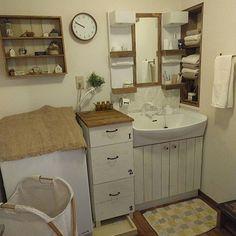 女性で、3LDKの賃貸でも楽しく♪/原状回復DIY/インスタ→chii_ne/賃貸DIY/バス/トイレ…などについてのインテリア実例を紹介。「賃貸なのですべて原状回復DIYです。洗濯機横には引き出し棚、ニッチ部分にはピッタリサイズの棚をつくってはめこんでいます。 洗面台や扉は板を貼っただけ。 我が家の年末掃除もようやくスタートしました。 まずはサニタリー。洗濯機や洗面台など綺麗になってスッキリしました! 」(この写真は 2016-12-11 18:28:55 に共有されました)