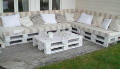 palettenmöbel für den außenbereich originelles sofa mit heller auflage und schönen dekokissen