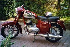 Jawa 350 de 1965 , moteur bicylindre deux temps, refroidissement à air, graissage par mélange, transmission secondaire sous cataire de chaine étanche, démarrage par selecteur / kick starter, freins à tambour, moto Jawa, Tchecoslovaquie, Europe