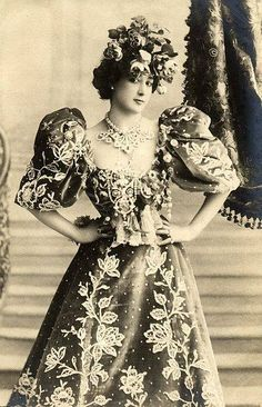 Spanish-born dancer, actress and courtesan, La Belle Otero. Belle Epoque, Vintage Photographs, Vintage Photos, Vintage Beauty, Vintage Fashion, French Fashion, Comedia Musical, Divas, Concert Tees