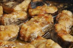 Peste la cuptor, cu vin alb | Retete culinare cu Laura Sava Fish Recipes, New Recipes, Romanian Food, Chicken Wings, Seafood, Healthy Living, Deserts, Food And Drink, Pork