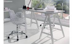 Mesa de estudio de madera en blanco.