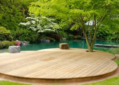 Encontrá las mejores ideas e inspiración para el hogar. Schwimmteich in einem klassischen Garten por Jürgen Kirchner Wasser + Garten | homify