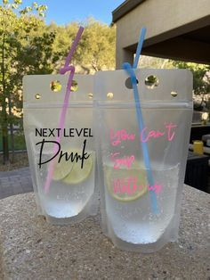 Pool Party Drinks, Birthday Party Drinks, Beach Drinks, Party Favors, 21st Birthday Crafts, Birthday Ideas, 25th Birthday Parties, Bachelorette Party Cups, Shower Favors