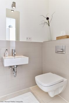Inspiration Für Kleine Badezimmer! Ein Eckiges Waschbecken, Schlichte  Dekoratino Und Helle Wandfliesen Lassen Den