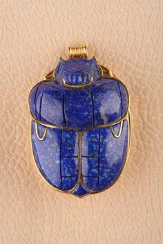 Pendentif scarabée en lapis-lazeuli, au revers un bas relief égyptien en or massif, seconde moitié du XXe siècle