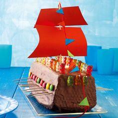 Für Schokofans wird gebastelt und gebacken. Der Schiffsrumpf ist aus Rührteig. Als Deko kommen Gummibärchen und Smariesauf den dicken Schokoguss.