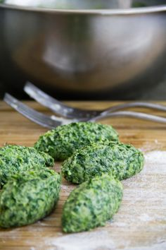 spinach & ricotta gnudi w/sage butter -recipe in Italian Vegetarian Recipes Dinner, World Recipes, Daily Meals, C'est Bon, Creative Food, Food Hacks, Food Inspiration, Italian Recipes, Love Food