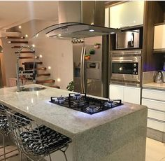 Design de cozinha com ilha central Kitchen Interior, Home Decor Kitchen, Open Plan Kitchen Living Room, Home Decor, Kitchen Island Design, Home Kitchens, Home Interior Design, Kitchen Style, Luxury Kitchen Design