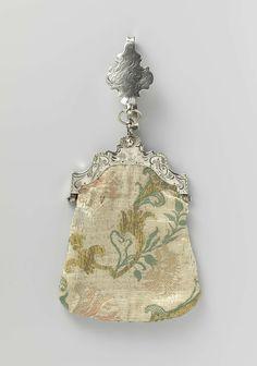 Anonymous   Beugeltas van zilver en zijden brokaat, Anonymous, 1789   Beugeltas van zilver en zijden brokaat. Hooggewelfde symmetrisch geschulpte beugel met grove gravering van een landschapje met molen en papegaaien. Zware rokhaak met een platte, geschulpte cartouche met papegaaien. Zilvermerken: dolfijn (=belastingstempel 1859-1893), G (jaarletter 1789) wapen (Rotterdam) en I.V.I. (=ongeidentificeerd meesterteken). Tas van zijdenbrokaat in zakmodel, met losse bloemtakken in grijs, goud…