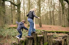 Spontane fotoshoot moeder en zoon in bos bij Haarlem
