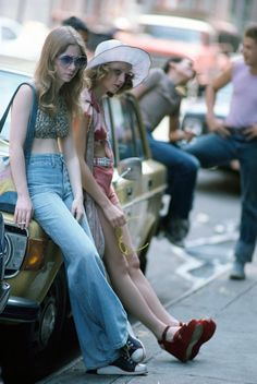 Jodie Foster, as the hooker Iris, leaning against a parked car on the set of Martin Scorsese Taxi Driver Photo Steve Schapiro Jodie Foster, Taxi Driver, 70s Fashion, Vintage Fashion, Denim Fashion, Chauffeur De Taxi, 1970 Style, 70's Style, Rare Historical Photos