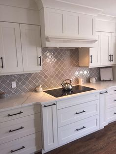 Backsplash For White Cabinets, Kitchen Cabinets Decor, Kitchen Cabinet Design, Kitchen Redo, Kitchen Tiles, Home Decor Kitchen, Kitchen Styling, Home Kitchens, Dark Cabinets