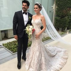 Burak Özcivit's bride has one of the most wonderful wedding dresses ever. My style of wedding dress and veil :) My type of groom :) Turkish Wedding, Groom Looks, Bridal Wedding Dresses, Celebrity Weddings, Celebrity News, Beautiful Bride, Cute Couples, Wedding Styles, Wedding Hairstyles