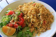 Plato típico arroz con pollo y ensalada.CR.
