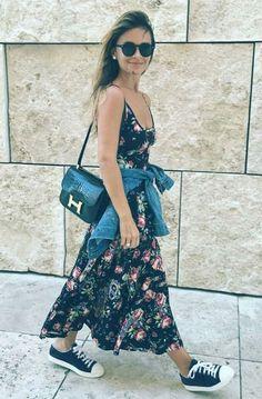 9 Provas que a estampa floral deixa qualquer look charmoso. Vestido longo azul marinho, tênis estilo all star azul marinho